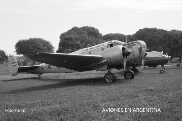 El E-110 fotografiado en May1963  a 6 meses de haber arribado al MNA , lucía el esquema pintado en el TRRIV