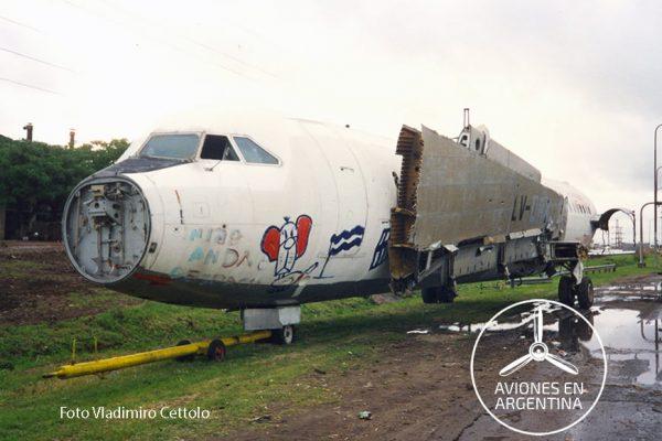 El BAC 1-11 estacionado a la vera de la vieja Panamericana justo antes del puente de Thames