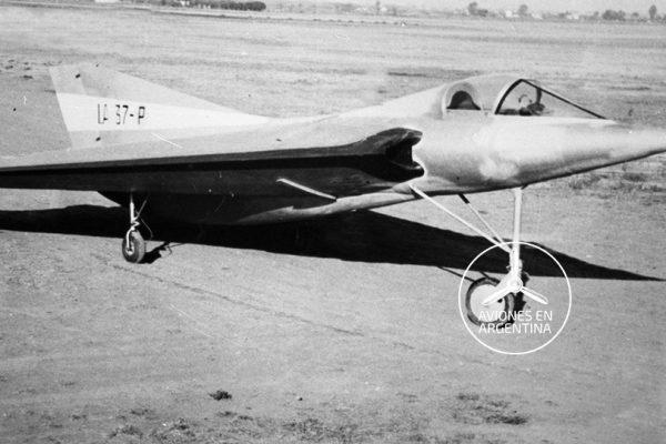 En 1956 Hörten presenta un cambio en el proyecto, modificando la posición prono por una cabina convencional con cúpula de acrílico rebatible hacia la derecha Foto FMA Col Vladimiro Cettolo