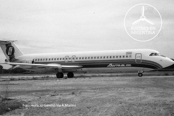El LV-LHT en el Aeroparque pasando justo en frente del estacionamiento Norte y con dirección hacia la cabecera a mediados de los 70