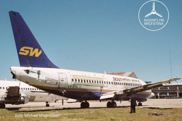 El Boeing 732 LV-ZYX también estacionado en Ezeiza